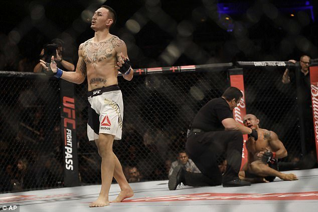 Jose Aaldo loses to MAx Holloway at featherweight in the UFC.