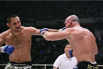 Dan Henderson lands a left hand on Wanderlei Silva Pride 33.