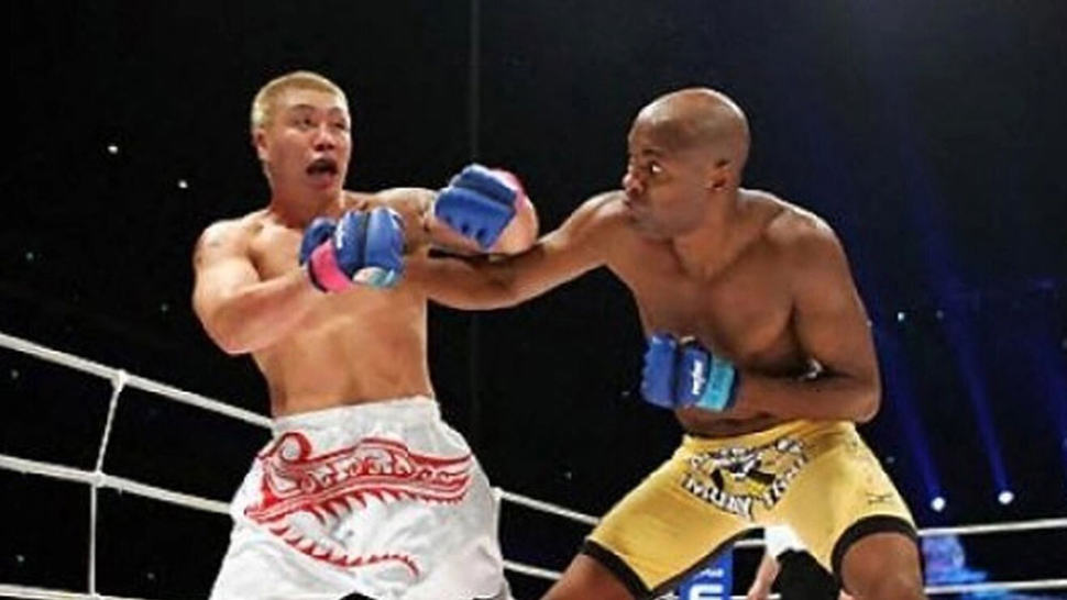 Anderson Silva And Ryo Chonan Exchange Blows In Their Fight.